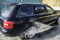 Automobile ad alta pressione di lavaggio all'aperto Immagini Stock