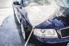 Automobile ad alta pressione di lavaggio all'aperto Fotografie Stock Libere da Diritti