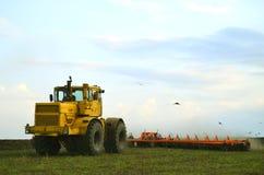 Automobile agricola nel campo Fotografie Stock Libere da Diritti