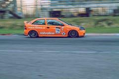 Automobile all'allenamento di estate Foto di viaggio alla Lettonia Fotografie Stock