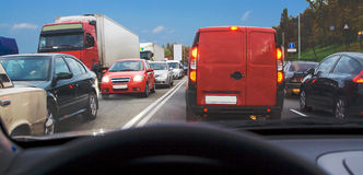 Automobile all'interno di ingorgo stradale Fotografie Stock Libere da Diritti