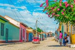 Automobile americana classica in vie di Trinidad, Cuba immagini stock libere da diritti