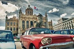 Automobile americana d'annata in una via di vecchia Avana con presidenziale Fotografia Stock Libera da Diritti
