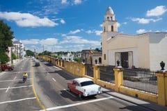 Automobile americana davanti al vecchio cimitero di Avana Fotografie Stock