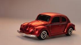 Automobile arancio miniatura del giocattolo di Volkswagen Beetle immagine stock