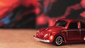 Automobile arancio miniatura del giocattolo di Volkswagen Beetle immagine stock libera da diritti
