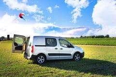 Automobile argentée dans le domaine vert Photo libre de droits