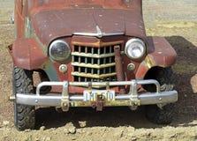 Automobile arrugginita della motrice a quattro ruote fotografie stock