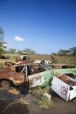 Automobile arrugginita in junkyard. immagini stock