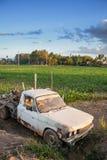 Automobile arrugginita nel campo di agricoltura Fotografia Stock Libera da Diritti