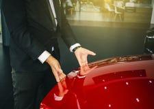 Automobile asiatica della porta aperta dell'uomo con il motore di tecnologia su fondo confuso Per automobilistico o Manutenzione, fotografie stock libere da diritti