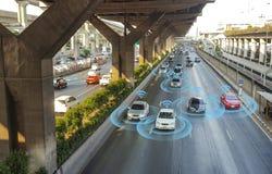 Automobile astuta, auto-movente il veicolo di modo con il sistema di segnale del radar fotografia stock
