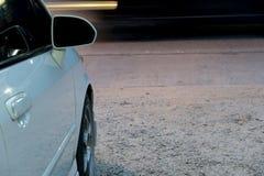 Automobile bianca accanto alla strada fotografia stock