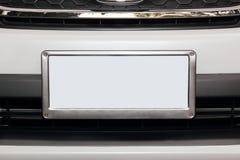 Automobile bianca con la targa di immatricolazione bianca vuota Fotografia Stock