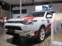 Automobile bianca del outlander di Mitsubishi Fotografia Stock Libera da Diritti