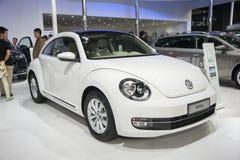 Automobile bianca della Volkswagen Maggiolino fotografia stock