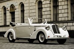 Automobile bianca di cerimonia nuziale Fotografia Stock Libera da Diritti