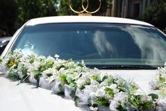 Automobile bianca di cerimonia nuziale con i fiori Fotografie Stock Libere da Diritti