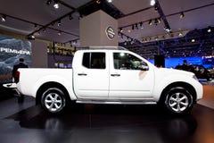 Automobile bianca Nissan Navara della jeep fotografia stock