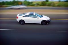 Automobile bianca sull'autostrada senza pedaggio Fotografia Stock Libera da Diritti