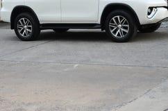 Automobile bianca sulla strada cementata fotografie stock