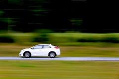 Automobile bianca veloce sull'autostrada senza pedaggio Immagine Stock