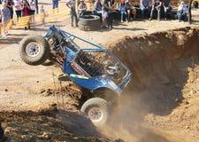 Automobile blu che dilaga dal riparo ripido Fotografia Stock