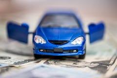 Automobile blu del giocattolo con il dollaro Immagine Stock Libera da Diritti