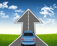 Automobile blu sulla strada della freccia Fotografia Stock Libera da Diritti