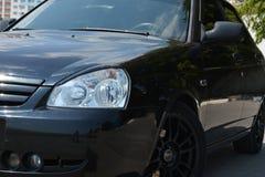 Automobile brillante nera Il faro ed il lato dell'automobile Fotografia Stock Libera da Diritti