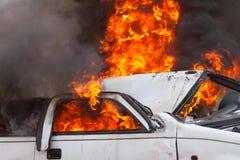 Automobile bruciante che masterizza i pompieri automobilistici di esercizio Fotografie Stock
