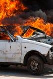 Automobile bruciante che masterizza i pompieri automobilistici di esercizio Immagine Stock