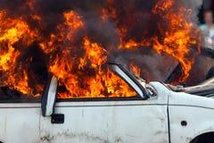 Automobile bruciante che masterizza i pompieri automobilistici di esercizio Immagini Stock Libere da Diritti