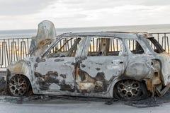 Automobile bruciata parcheggiata sulla via Fotografia Stock