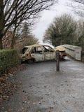 Automobile bruciata sul ponte pedonale in Francia immagini stock