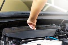 Automobile cambiante del meccanico dell'olio del meccanico fotografia stock libera da diritti