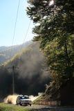 Automobile che accelera in un bello paesaggio della montagna Fotografie Stock Libere da Diritti