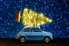 Automobile che consegna l'albero del nuovo anno o di Natale fotografia stock libera da diritti