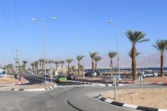 Automobile che enetering una rotonda in Eilat, Israele immagini stock libere da diritti