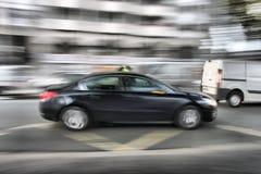 Automobile che si muove velocemente attraverso la via fotografia stock