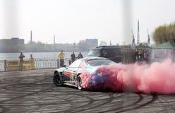 Automobile che va alla deriva con il fumo rosso all'esposizione automatica reale Fotografia Stock