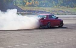 automobile che va alla deriva sulla pista di velocità Immagine Stock