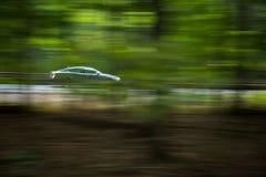 Automobile che va velocemente su un hughway Fotografia Stock Libera da Diritti