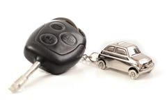 Automobile chiave con poco anello chiave nella figura dell'automobile Immagine Stock