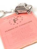 Automobile chiave con poco anello chiave nella figura dell'automobile Immagini Stock