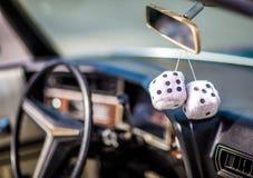 Automobile classica con i dadi simili a pelliccia Immagini Stock
