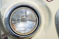 Automobile classica con il primo piano sui fari o sulla lampada del faro Immagine Stock