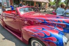 Automobile classica d'annata con il vinile della fiamma blu immagini stock