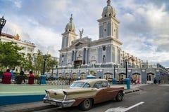 Automobile classica davanti alla cattedrale di Santiago de Cuba Fotografia Stock