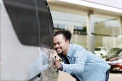 Automobile commovente del giovane uomo di afro nuova Fotografie Stock Libere da Diritti